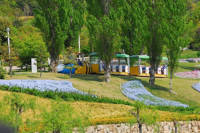 広い園内を走る蜂型カー