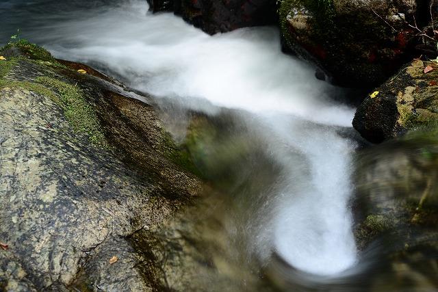 渦を巻いて流れる清流