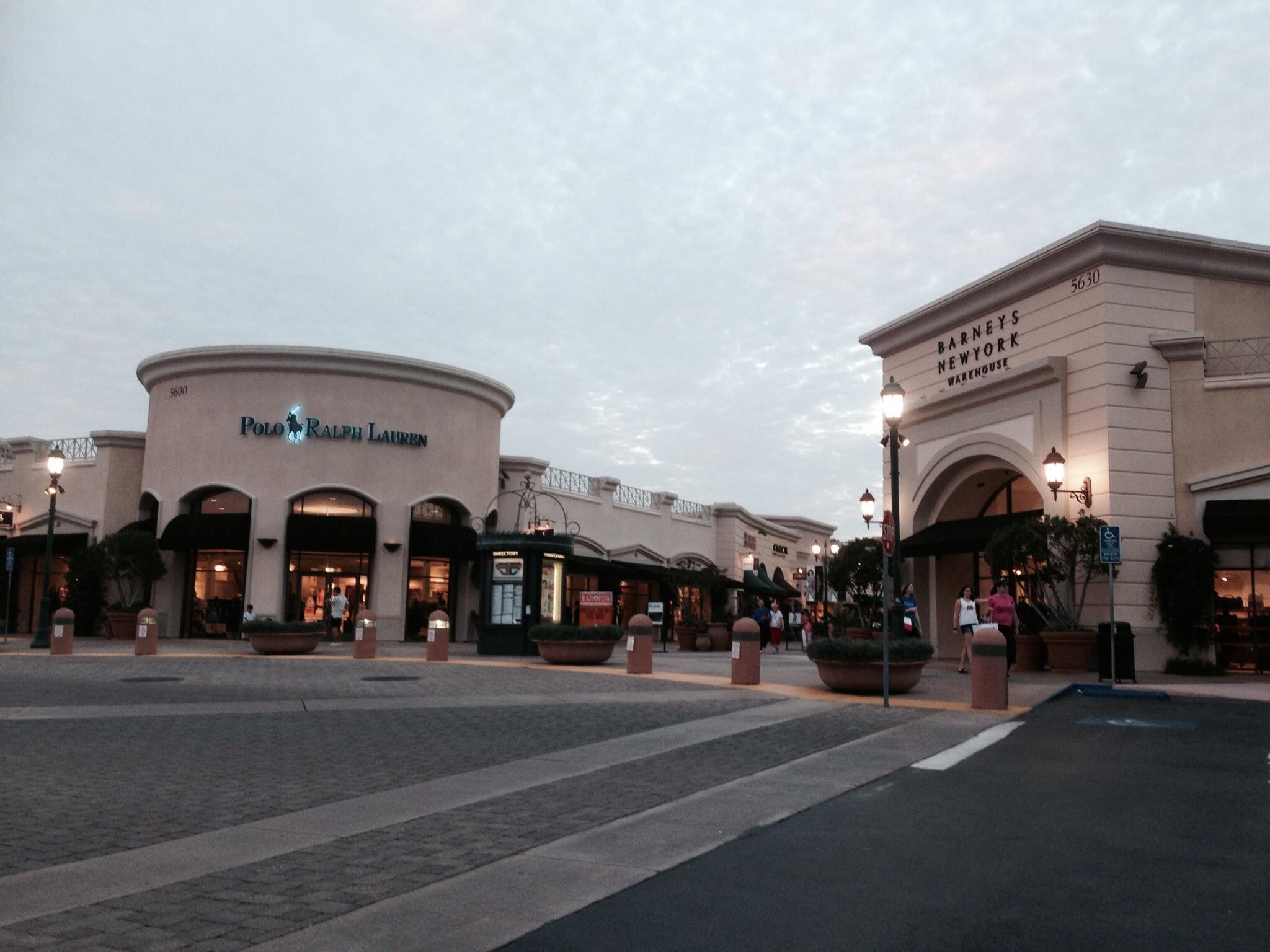 5357c1edf4805 日中はAquatica San Diegoで遊んで一旦ホテルへ。夕食の場所を求めてとりあえずCarlsbad Premium Outlets®.  5620 Paseo del Norte