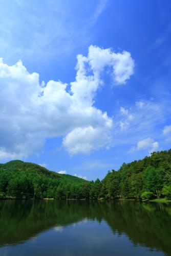 千代田湖にわく夏雲