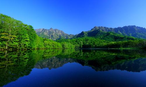 湖面に映える伝説の戸隠山