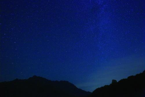 戸隠山と星空