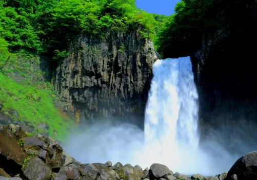 柱状節理の岩板を落水する地雷滝
