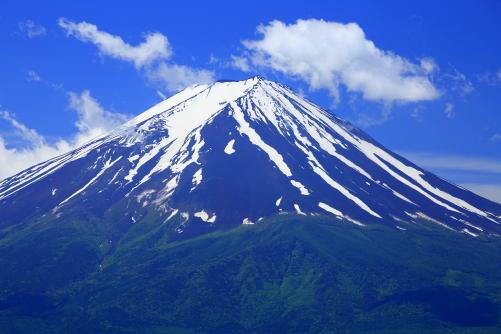 御坂峠付近から雲浮かぶ残雪の富士山