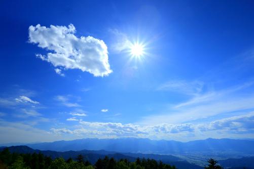 輝く太陽と中央アルプス
