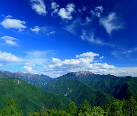 雲踊る仙丈ヶ岳