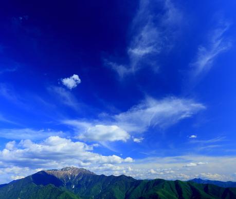 青空に雲の泳ぐ仙丈ヶ岳