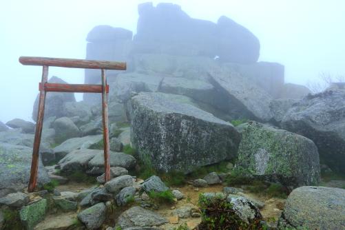 霧に霞む金峰山頂御像石