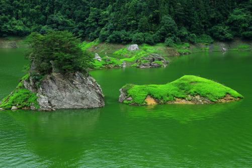 神流湖に浮かぶ島々