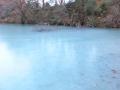 きょうの五色沼は青かった。厚さはやっと10cm位かな?.