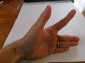 健側(左)で示指と親指を上にあげるように開く