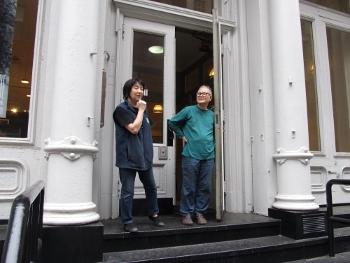玄関で見送る川島夫妻