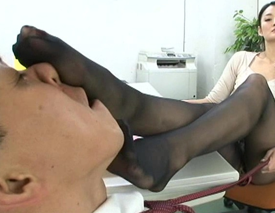 JKや熟女に手コキや生足コキで焦らされながらの寸止めプレイの脚フェチDVD画像1