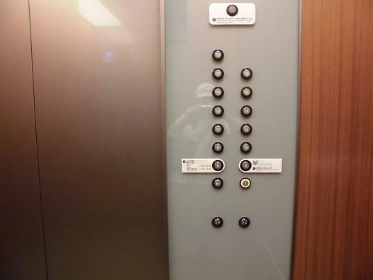 17 17.7.23階押し訂正可の丸ビルのエレベーターCIMG0759