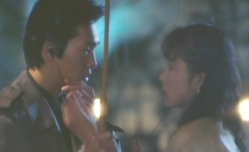 由紀夫の耳たぶを触る佐和子