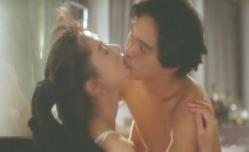 裸になった由紀夫、キスをしながら