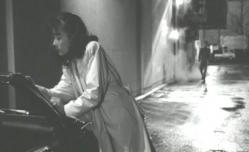 口紅で車に悪戯書きする佐和子