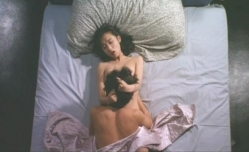 ベットで由紀夫に抱かれている佐和子