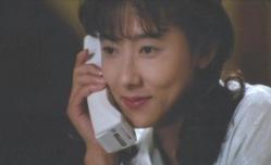 電話して笑っている佐和子