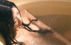 昔を思い出して浴槽でオナニーしている奈緒子