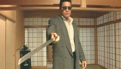 組の武器の刀を奪って脅す秋島