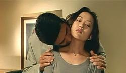 裕子の首にキスをする