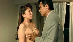 裸にした典子の乳房を