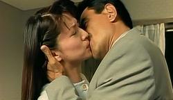 強引に典子にキス