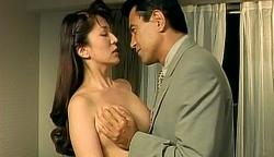 裸にした典子の乳房を揉んでいる秋島