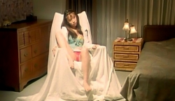 脚を広げて秋島を誘惑する代議士の愛人・由美子