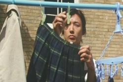 洗濯した梨里の制服のスカートを干すタケル