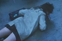殴られて倒れる女子高生・梨里