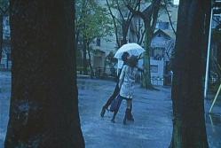 雨の中、女子高生を殴る男