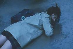 付き合っている彼に殴られて倒れる女子高生・梨里