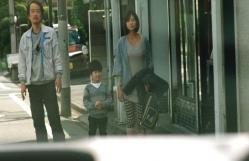 斎木夫妻に預けれた慶多、父の車を見ている