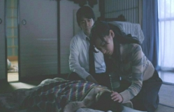 寝ている慶多の頭を撫でるみどり