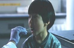 DNA鑑定の唾液を採取されている慶多