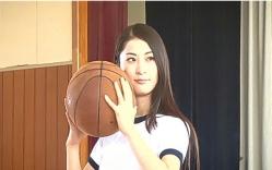 バスケットボールをもってポーズを取る繭