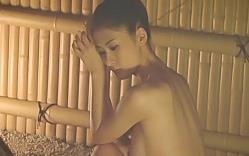 全裸で写真を撮られている繭