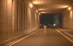 トンネルの出口で立ち止まる