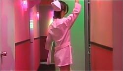 看護師のコスプレで部屋に入るニョキニョキバナナの風俗嬢