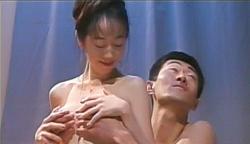 ジェニファーの乳房を揉みながら素股プレイ