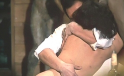 マリ子を抱きしめる桑山
