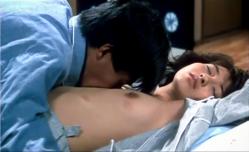 セックスの後、マリ子の乳房を舐めている洸治