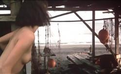 自分を助けに来て格闘している男の様子を見ているマリ子