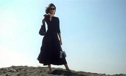 小樽市銭函の海岸でサーファーを見ている村上マリ子