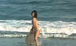 助けてくれたサーファーのボードを拾うマリ子