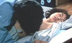 マリ子の乳房を愛撫している洸治