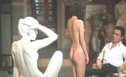 全裸で桑山の前でポーズを取るマリ子