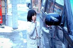 手を振る、幼い頃のユノ